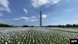 Hơn 600 ngàn lá cờ trắng được cắm tại Quảng trường Quốc gia ở thủ đô Hoa Kỳ, tưởng niệm các nạn nhân thiệt mạng vì COVID tại Mỹ.