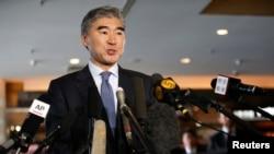 미국 6자회담 수석대표인 성 김 대북정책 특별대표 겸 동아태 부차관보가 12일 베이징시에서 기자회견을 열고 질문에 답하고 있다.