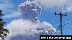 Gunung Agung kembali erupsi dengan tinggi kolom asap dan abu sekitar 1.500 meter di atas puncak, Selasa, 13 Februari 2018. (Foto: Humas BNPB)