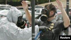 2006年美國國防部應對化武人員在五角大樓前清洗懷疑炭疽病病菌.
