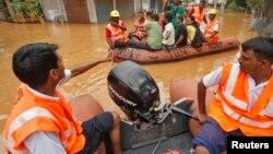 ໜ່ວຍຮັບມືກັບໄພພິບັດແຫ່ງຊາດຂອງອິນເດຍ ຫຼື India's National Disaster Response Force (NDRF) ເອົາເຮືອ ອອກໄປຊ່ອຍເຫຼືອປະຊາຊົນຢູ່ເຂດ Guwahati ໃນພາກຕາເວັນອອກສຽງເໜືອຂອງລັດ Assam ປະເທດອິນເດຍ, ວັນທີ 27 ເດືອນມິຖຸນາ 2014.