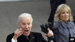 El vice presidente Joe Biden junto a su esposa Jill saludan a la multitud.