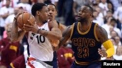DeMar DeRozan des Toronto Raptors, à gauche, face à LeBron James des Cleveland Cavaliers, Air Canada Centre, le 23 mai 2016. (Dan Hamilton-USA TODAY Sports)