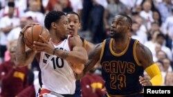DeMar DeRozan (10) contre LeBron James (23), Toronto, Ontario, Canada, le 23 mai 2016.