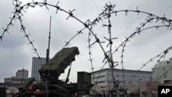 Tên lửa đất đối không Patriot-3 (PAC-3) được triển khai tại Bộ Quốc phòng ở Tokyo, ngày 7/4/2012. Lực lượng Phòng vệ Nhật Bản đã bố trí nhiều bộ nghênh cản phi đạn ở quận Okinawa vùng cực nam, sẵn sàng bắn bất kỳ mảnh hỏa tiễn nào có thể rơi xuống lãnh