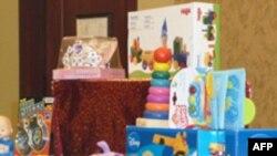 Nhà chức trách Hoa Kỳ chia sẻ quan điểm của các nhóm bênh vực quyền lợi người tiêu dùng rằng các cửa hàng bán đồ chơi ở Mỹ vẫn còn những món nguy hiểm đối với trẻ em