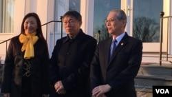 台北市长柯文哲(中间)2019年3月19日在双橡园与台湾驻美代表高硕泰夫妇合影(美国之音钟辰芳拍摄)