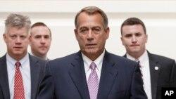 Ketua DPR John Boehner dari Partai Republik bersama koleganya saat berjalan menuju sesi sidang Partai Republik untuk menyusun strategi baru pasca penutupan parsial pemerintah AS.