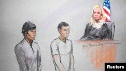 Los acusados Dias Kadyrbayev (izquierda) y Azamat Tazhayakov en una ilustración de su presentación ante la magistrada Marianne Bowler el 1 de mayo de 2013.