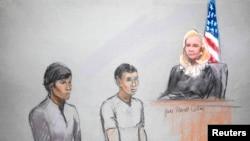 Dua teman tersangka pelaku bom Boston, Dias Kadyrbayev (kiri) dan Azamat Tazhayakov digambarkan dalam sketsa sidang pengadilan di Boston (1/5)