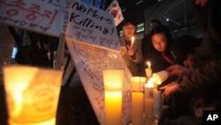 지난 2012년 한국 서울 주재 중국대사관 앞에서 북한의 인권 개선을 요구하는 촛불시위가 열렸다. (자료사진)