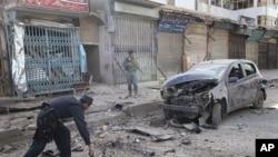 阿富汗警察12月6日在喀布尔南部的一个爆炸现场