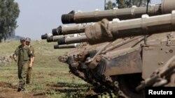 2013年5月6日以色列和敘利亞之間以色列佔領的戈蘭高地的停火線﹐以色列士兵在坦克附近走過。