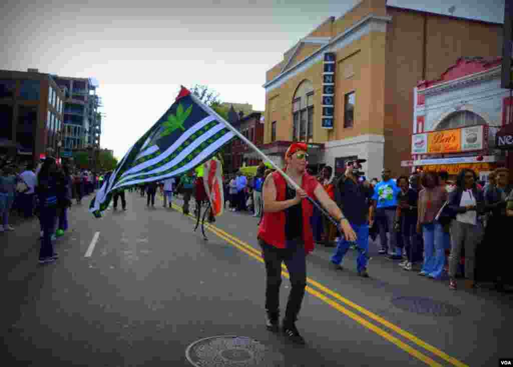 С флагом по улице