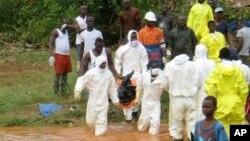 Nhân viên cứu hộ mang xác một nạn nhân trong vụ bùn lở tại Regent, phía đông Freetown, Sierra Leone, ngày 14/8/2017.