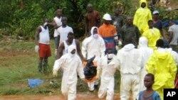 Des secouristes à la recherche des corps de victimes des inondations à Regent, à l'est de Freetown, Sierra Leone, 14 août 2017.