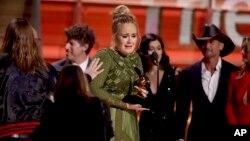 """Adele recevant son Grammy Award pour """"Meilleur Album de l'année"""", à Los Angeles, le 12 février 2017."""