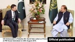 Američki ambasador Dejvid Hejl (levo) na prijemu kod premijera Pakistana Navaza Šarifa, avgust 2016.
