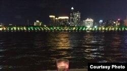 7月15日,作家黎学文在珠江边点燃蜡烛纪念刘晓波。(脸书图片)