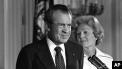 Президент Річард Ніксон з дружиною у Білому домі 9 серпня 1974 р. Він подав у відставку кількома тижнями після участі в ювілейному саміті НАТО в Брюсселі.