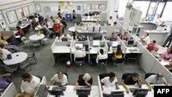 Người thất nghiệp sử dụng máy tính, điện thoại để tìm kiếm việc làm tại Trung tâm Hướng nghiệp JobConnect tại Las Vegas