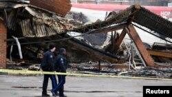 Ruševine zgrade zapaljene u sinoćnim neredima u Ferguson