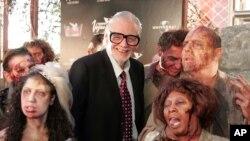"""George A. Romero avec ses zombies avant la première de """"Land of The Dead,"""", Las Vegas, le 18 juin 2005."""