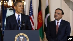 ایک فائل فوٹو میں صدر آصف زرداری وائٹ ہاؤس میں ایک پریس بریفنگ کے دوران صدر براک اوباما کے ساتھ۔