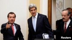 Le secrétaire d'Etat John Kerry (c) escorté par le député Ed Royce (g), président de la commission des affaires étrangères de la Chambre des représentants, et le député Eliot Engel (d) avant des audiences publiques au Congrès, le 17 avril 2013.
