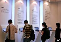 Trong nỗ lực giao tiếp bắt đầu hồi hạ tuần tháng tư, 4 nhà ngoại giao Mỹ ở Bắc Kinh đã thông qua trang mạng hỏi đáp Zhihu của Trung Quốc để trả lời những câu hỏi của mọi người về cuộc sống ở Mỹ.