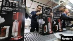 Para pekerja mengepak produk pada pabrik SodaStream di Maale Adumim, Tepi Barat (foto: dok). SodaStream pindah dari Tepi Barat ke Israel dan memberhentikan para pekerja Palestina.