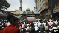 Урумчи. Уйгуры на молитве у местной мечети