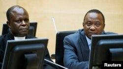 Presiden Kenya Uhuru Kenyatta (kanan) dan seorang pengacaranya saat hadir di ICC di Den Haag, Belanda (foto: dok).