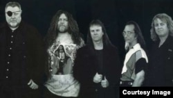미국 악단 캔자스가 1978년에 발표한 록 발라드 'Dust in the Wind(바람 속의 먼지)' 앨범 자킷.