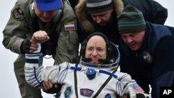 Các nhân viên mặt đất đang giúp phi hành gia Scott Kelly ra khỏi tàu vũ trụ khi ông trở về trái đất ngày 2/3/2016.