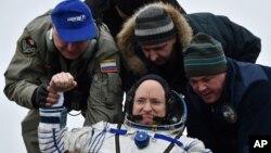 2일 미국의 우주비행사 스콧 켈리 씨가 카자흐스탄 우주기지에 도착한 후 소유즈 우주왕복선에서 내리고 있다.