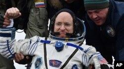 سکات کیلی لحظاتی پس از برگشت از فضا