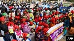 Les partisans des partis d'opposition participent à un rassemblement contre la politique du président sortant à Dakar, le 11 janvier 2019.