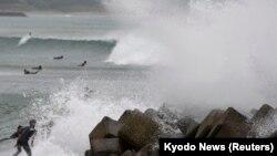 Topan Vongfong mengakibatkan ombak besar saat mendekati daratan Jepang, Minggu (12/10).