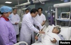 Thủ tướng Trung Quốc Lý Khắc Cường đến thăm người sống sót trong tai nạn lật tàu tại bệnh viện ở Tiệm Ly, tỉnh Vũ Hán.