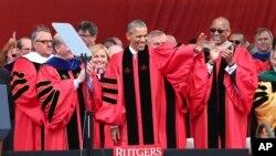Tổng thống Barack Obama vẫy tay chào khi ông đến đọc diễn văn trong buổi lễ trao bằng tốt nghiệp tại Đại học Rutgers, ngày 15 tháng 5, 2016, ở Piscataway, bang New Jersey.