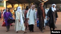 Para tahanan yang dibebaskan oleh pemerintah Mali sebum pembicaraan damai, berjalan di pangkalan udara militer Mali di Bamako, sebelum diterbangkan ke bagian utara negara tersebut (15/7).