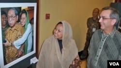"Dubes AS Scot Marciel dan putri mantan presiden Abdurrahman ""Gus Dur"" Wahid, Alissa Wahid, melihat pameran foto Martin Luther King dan Gus Dur di Konjen AS Surabaya. (VOA/Petrus Riski)"