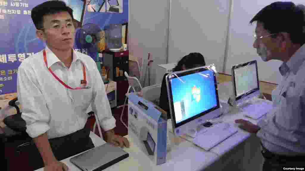 지난달 열린 '평양가을철국제상품전람회'에 컴퓨터가 전시되어 있다. 지난달 23일부터 29일까지 평양을 방문한 일본 언론인 후쿠다 게이스케 씨가 촬영한 사진.