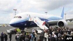 Du khách chiêm ngưỡng chiếc máy bay Boeing 787 Dreamliner tại sân bay Chopin ở Warsaw, Ba Lan, Thứ Sáu, 24/6/2011