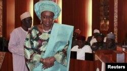 Ministan kudi ta Najeriya, Kemi Adeosun, na murmushi bayan da aka rantsar da ita a Abuja, 11 Nuwamba, 2015.