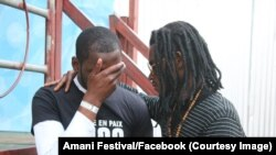 Quelques organisateurs du festival Amani pleurent un des leurs, Norbert Paluku dit 'Djoo', tué par un policier la veille du début de l'évènement à Goma, Nord-Kivu, 10 février 2017. Crédit/Facebook Amani Festival