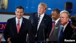 Le sénateur Ted Cruz, le miliardaire Donald Trump, le Dr. Ben Carson et l'ancien gouverneur de Floride, Jeb Bush.