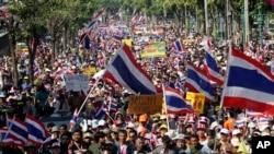 Demonstran anti pemerintah Thailand memenuhi jalan di Bangkok, Thailand, 22 Desember 2013.