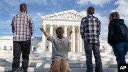 La Corte no se pronuncia todavía sobre el DAPA y el DACA Extendido.